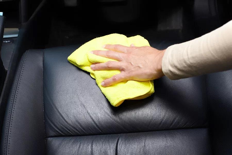 Cum intretineti tapiteria auto din piele
